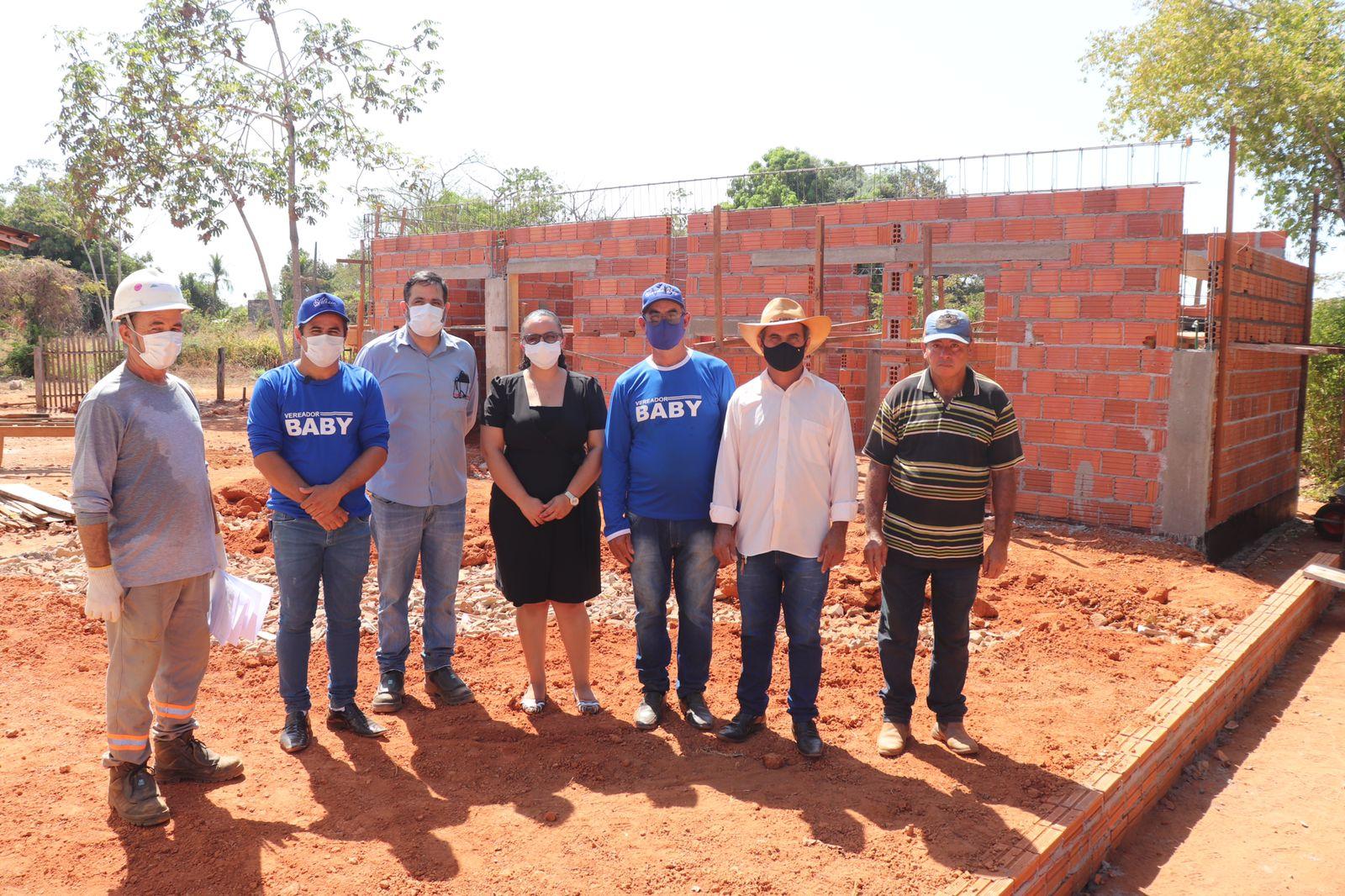 Vice prefeito, secretaria e vereadores com os engenheiros responsáveis pela obra.