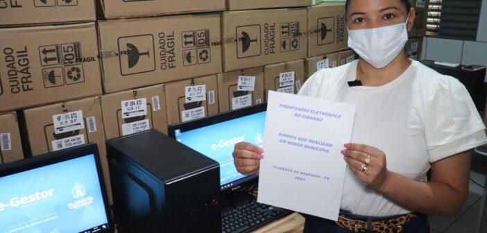 Prefeita Majorri Santiago entrega para as UBS's 36 computadores completos.